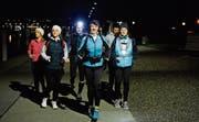 Auf geht's: Uschi Graner (Mitte) läuft mit ihrer Gruppe durch den dunklen Seeburgpark in Kreuzlingen. (Bild: Donato Caspari)