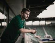 Dejan Janjatovic in der AFG Arena: Seine Eltern und die 16jährige Schwester fahren regelmässig von München nach St. Gallen, um die Heimspiele zu sehen. (Bild: Luca Linder)
