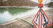 Die Ölsperre bei der Rhywiis nach der Verschmutzung. (Bild: Reto Martin (Diessenhofen, 22.Februar 2016))