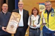 Willi Hartmann, Präsident Schützenverband Unterthurgau, (2. v. l.) mit den Gewinnern der Wanderpreise Thomas Holenstein, Esther Bucher und Beat Kornmaier. (Bild: Margrith Pfister-Kübler)