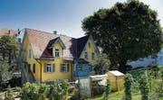 Fast ländliche Idylle mitten im Stadtquartier St. Fiden: Das gelbe Haus wurde vom Kinderhort zum Haus für Migranten umgebaut. (Bild: Michel Canonica)