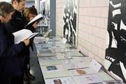 Besucher interessieren sich in der Kantonsschule Romanshorn für die Abschlussarbeiten der Maturanden. (Bild: Markus Bösch)