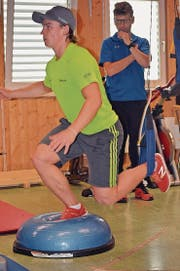 Marco Fischbacher wird bei den Stabilisationsübungen von seinem Physiotherapeuten beobachtet. (Bild: Urs Huwyler)
