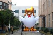 Donald Trump in Ehren: Ein chinesische Fabrik produzierte im Januar ein acht Meter hohes aufblasbares Huhn, das dem neuen US-Präsidenten ähnlich sieht. (Bild: ZHU JUN (EPA))
