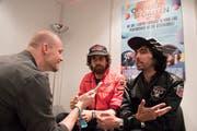 Xavier de Rosnay (rechts) und Gaspard Augé (Mitte) von Justice im Interview mit Ostschweiz-Ressortleiter Andri Rostetter. (Bild: Urs Bucher)
