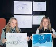 Stellen ihre Zeichnungen aus: Cécile Scholz und Angelina Gruber. (Bild: Andreas Taverner)