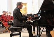Benjamin Engeli am Flügel, im Hintergrund Musikerinnen und Musiker der Brass-Band Musikgesellschaft Hörhausen. (Bild: Judith Meyer)