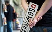 Zahlreiche Autonummern wurden gestohlen. Das Motiv ist unklar – pro Fahrzeug wurde meist nur ein Schild entwendet. (Bild: Michel Canonica)