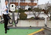 Mark Schläpfer liess bei seinem Hotel in Rorschacherberg eine E-Tankstelle einrichten. (Bild: Ramona Riedener)