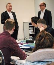 Jürg Stahl und Reto Ammann diskutieren mit den Schülern. (Bild: PD)