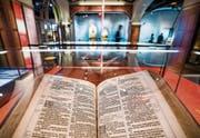 Blick auf eine King-James-Bibel aus dem Jahr 1617 im neuen «Museum of the Bible» in Washington. (Bild: Jim Lo Scalzo/EPA (14. November 2017))