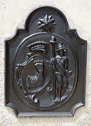 Das Plantawappen mit Bärentatze aus Susch (GR). (Bild: Markus Schär)