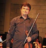 Dmitry Mishelovich nimmt nach der Interpretation von Beethovens Violinkonzert den Applaus entgegen. (Bild: Christof Lampart)
