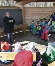 Rahel Ilg erzählt den vielen Kindern Märchen im Waldschulzimmer Weinfelden. (Bild: PD)