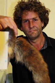 Der St. Galler Künstler Jan Kaeser lässt einen Fuchsschwanz hin und her wedeln. (Bild: Martin Preisser)