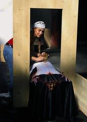 Micha Stuhlmann lässt in «Guillotine» Korn auf ihrem Rücken wachsen. (Bild: Dorothee Kaufmann)