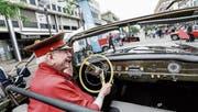 Gut gelaunt fährt der Chauffeur über den Boulevard. (Bild: Donato Caspari (26. Juni 2016))