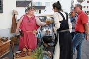 Brauerin Barbara Gaggia erklärt den Festbesuchern die Essenz des Bieres. (Bild: Barbara Hettich)