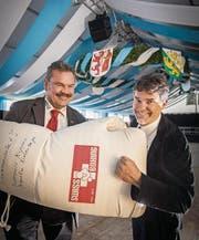 Swiss-Boxing-Präsident Andreas Anderegg und André Büchi, Präsident vom Boxclub Frauenfeld, zeigen sich schon vor der «Box-Night» die Faust. (Bild: Reto Martin)