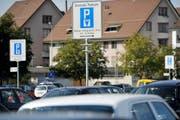 Die Parkplätze Talackerstrasse und Festhalle Rüegerholz sind nicht mehr gratis. (Bild: Reto Martin/Symbol)