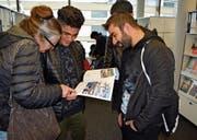 Junge Asylsuchende informieren sich über ihre beruflichen Möglichkeiten. (Bild: Gianni Amstutz)
