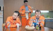 Irgendwann ist alles gesagt: Die Abfalldetektive Michel (Michael von Burg), Oli (Oliver Maurmann) und Gabriel (Gabriel Vetter) (v.l.). (Bild: Jan Sulzer)