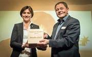 Regierungsrätin Monika Knill nimmt den Preis von TZ-Chefredaktor David Angst entgegen. (Bild: Reto Martin)