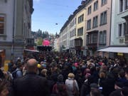Der Demonstrationszug des Staatspersonals zieht durch die Marktgasse. (Bild: Alexandra Pavlovic)