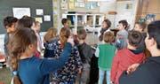 Die 3.-Klässler werden wegen der Umstellung auch im nächsten Schuljahr noch von ihrer Lehrerin Imka Scharfenberg unterrichtet. (Bild: Mario Testa)