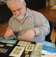 Leidenschaftlicher Sammler Christian Rubi hat 400 Alben voll mit Briefmarken. (Bild: bie)