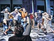 Kürmann (Marcus Schäfer, vorne) und die gesichtslosen Spielfiguren seines Lebens: Szene aus «Fragebogen I-XI» am Theater St. Gallen. (Bild: Tine Edel)