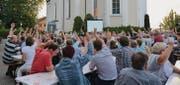 Die Stimmbürger genehmigen auf dem Platz vor der Kirche die Jahresrechnung der Politischen Gemeinde Hauptwil-Gottshaus. (Bild: Georg Stelzner)