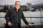 Der 83-jährige Entertainer und Tausendsassa Kurt Oberländer auf seinem Balkon mit Sicht auf den Hafen Romanshorn. (Bild: Reto Martin)