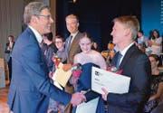 Interimsrektor Silvio Breitenmoser gratuliert Marco Ruckstuhl aus Appenzell Meistersrüte für die beste Matura (Note 5,88). Gleich daneben die zweitplazierte Ladina Hausmann und der drittplazierte Roger Fässler. (Bild: rf)