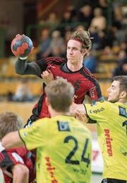 Gossaus Rückraumspieler Samuel Weingartner setzt St. Otmars Abwehr unter Druck. (Bild: Urs Bucher)