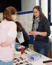 Am Berufsforum im Schulhaus Steig in Rorschacherberg tauschten sich Oberstufenschüler, Ausbildner und Lernende aus. (Bild: Vivien Huber)