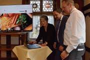 Petra Hämmerle, Geschäftsführerin der Entwicklungsfirma Konvink, erklärt den Gastropräsidenten von Inner- und Ausserrhoden Stephan Sutter und Markus Strässle die neue Hygiene-Lernplattform. (Bild: Karin Erni)