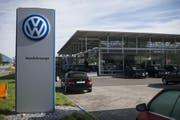 Der deutsche Autobauer VW macht derzeit wegen eines Abgasskandals Schlagzeilen. (Bild: GIAN EHRENZELLER (KEYSTONE))