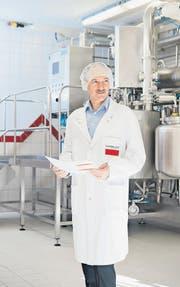 Alex Klöti, Produktionsleiter der Hänseler AG in Herisau, in den modernst ausgestatteten Produktionsräumen. (Bilder: Martina Basista)