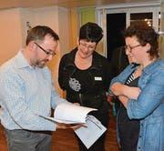 Referent Roman Inauen diskutiert mit Pflegeleiterin Monika Wettstein und Spitex-Leiterin Doris Wohlfender. (Bild: Christoph Heer)