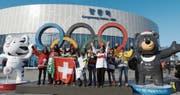 Eishockeyspieler Ramon Untersander kann auch in Pyeongchang auf seine treuen Fans zählen. (Bilder: Philipp Kolb)