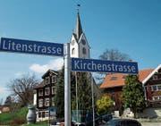 Mehr Klarheit: Neu sind auch in Reute die Strassen mit blauen Schildern gekennzeichnet. (Bild: Peter Eggenberger)