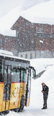 Nicht nur der Schnee setzt der Postauto AG zu. (Bild: Dominic Steinmann/Keystone (Goms, 22. Januar 2018))