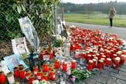 Bewohner der Gemeinde Rupperswil legten beim Haus, in dem die vier Toten aufgefunden worden waren, als Zeichen der Betroffenheit Blumen, Kerzen und Karten nieder. (Bild: WALTER BIERI (KEYSTONE))