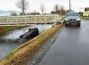 Durch die Wucht des Aufpralls wurde eines der Unfallfahrzeuge in den Binnenkanal gestossen. (Bild: Kantonspolizei SG)