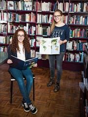 Die Gymnasiastinnen Aiyana Signer und Nathalie Meier stöbern gerne im Atlas. (Bild: Sabrina Stübi)