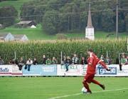 Linth-Goalie Danko Savanovic, mit Sicht auf Maisfeld und Kirchturm. (Bild: Gian Ehrenzeller/KEY)