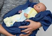 Das neue Leucht-Pyjama der Empa. Die Forscher haben optisch leitende Fasern in Textilien eingewoben. (Bild: Empa)