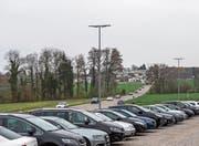 Blick auf die Seestrasse in Richtung Landschlacht und den provisorischen Parkplatz. In der Mitte des Bildes, bei der Einmündung der Seitenstrasse, ist der neue Kreisel geplant. (Bild: Thi My Lien Nguyen)