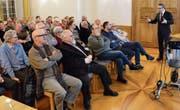 Thomas Weingart, Stadtpräsident von Bischofszell, erläutert im Bürgersaal das Geschäftsleitungsmodell. (Bild: Georg Stelzner)